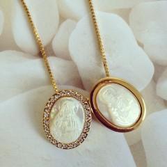 escapulário vr bijoux dourado e madrepérola